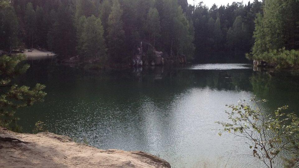 Unikátní jezero v Adršpašských skalách láká ke koupání. To je v něm však zakázané