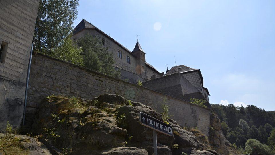 Pohled od parkoviště na hrad Kost