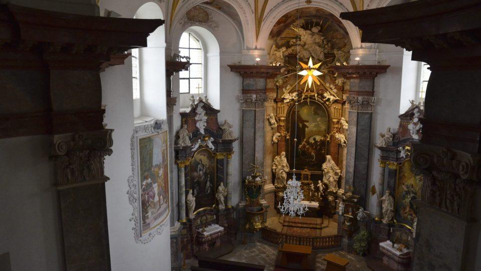 Osmiboká klenba je vyzdobena freskami Jana Jakuba Steinfelse. Bohatou výzdobu interiéru doplňují sochy Jiřího Františka Pacáka