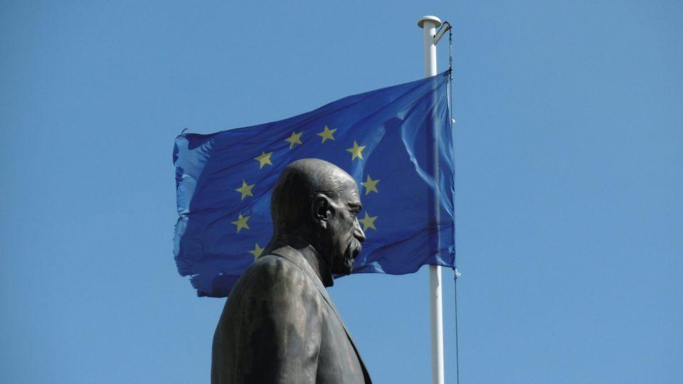Socha T. G. Masaryka a vlajka Evropské unie v Hradci Králové