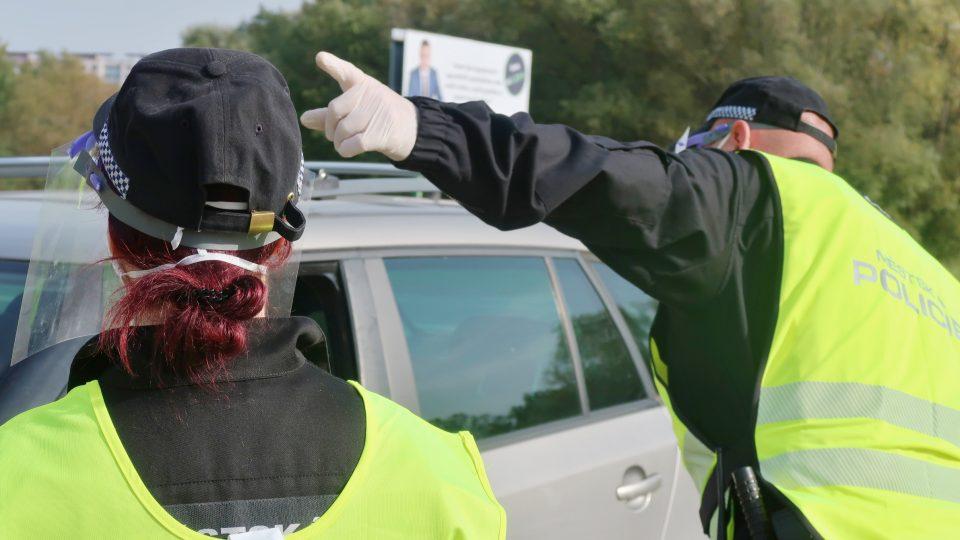 Hradečtí městští strážníci pomáhají lidem na covidovém stanovišti