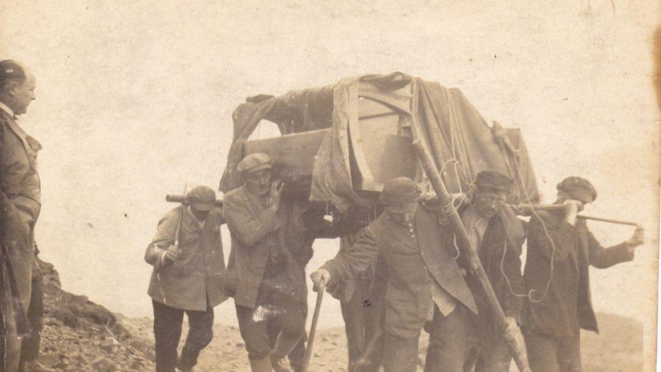 Vynášení klavíru na Sněžku, v roce 1929