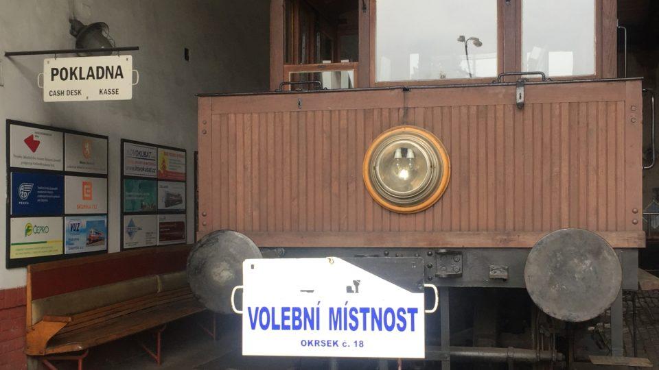 Zajímavou a kuriózní volební místnost najdeme také v Jaroměři na Náchodsku. Lidé chodí hlasovat do Železničního muzea výtopna.