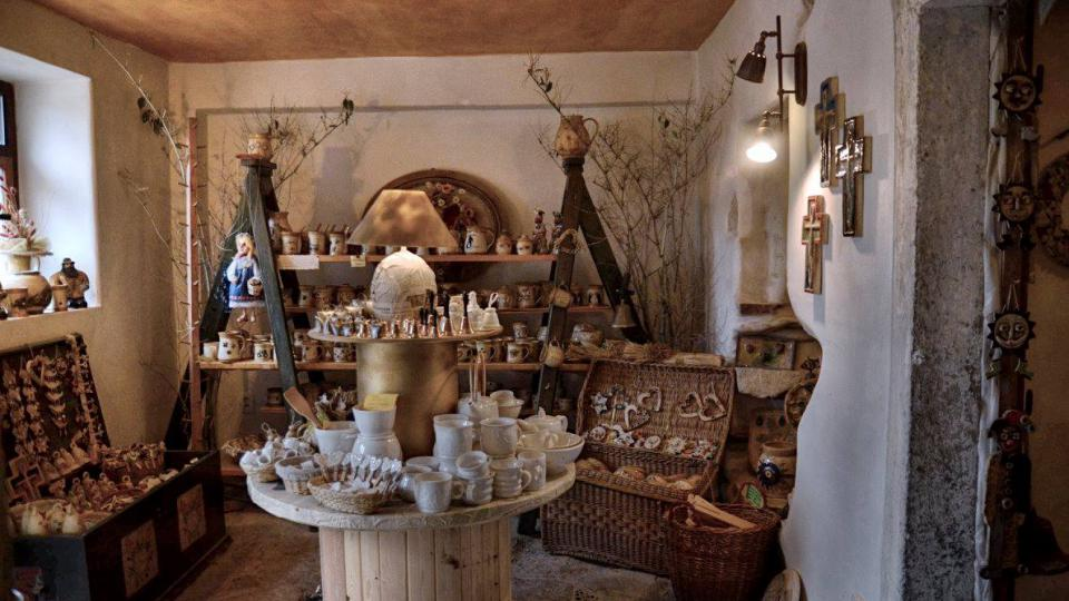 V Ateliéru zvonaře a hrnčířky v Deštném v Orlických horách