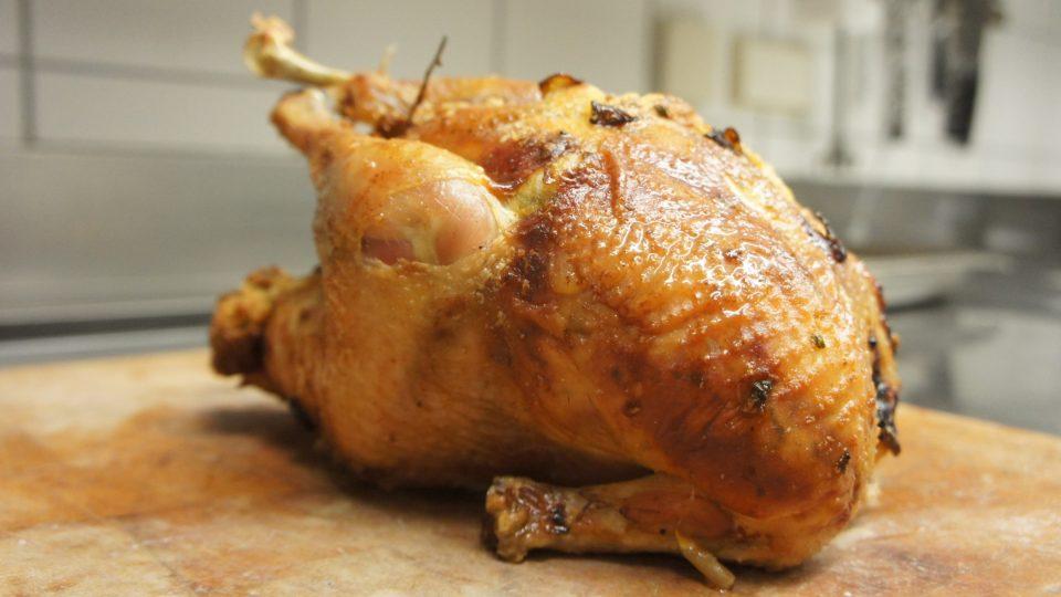 Pokud chceme mít na kuřeti křupavou kůrčičku, po 70 minutách pečení pekáč přikryjeme alobalem (lesklou částí ke kuřeti)