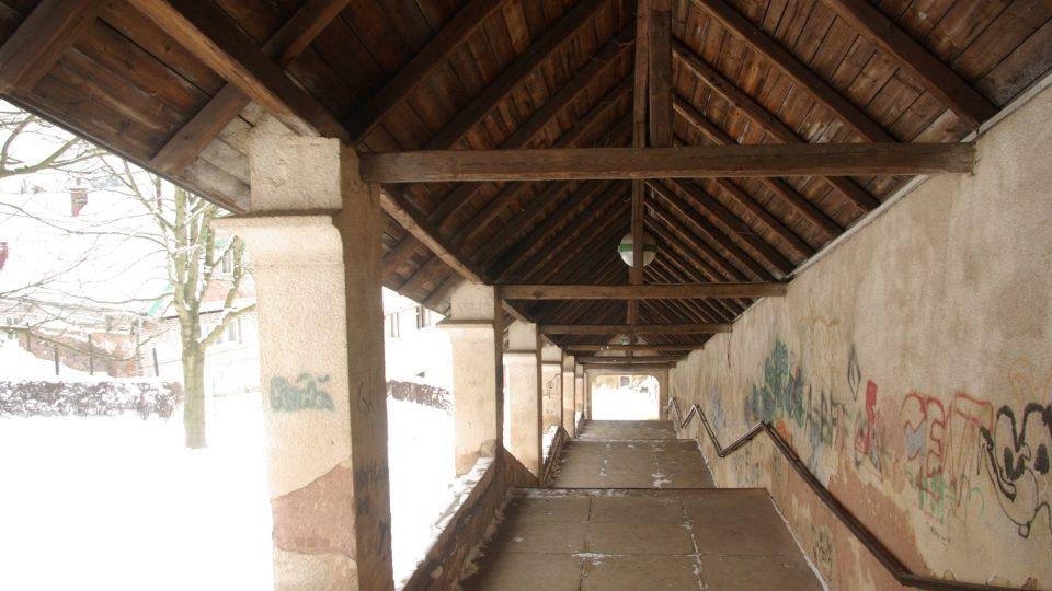 Pohled pod krovy Růžencové schodiště v Nové Pace