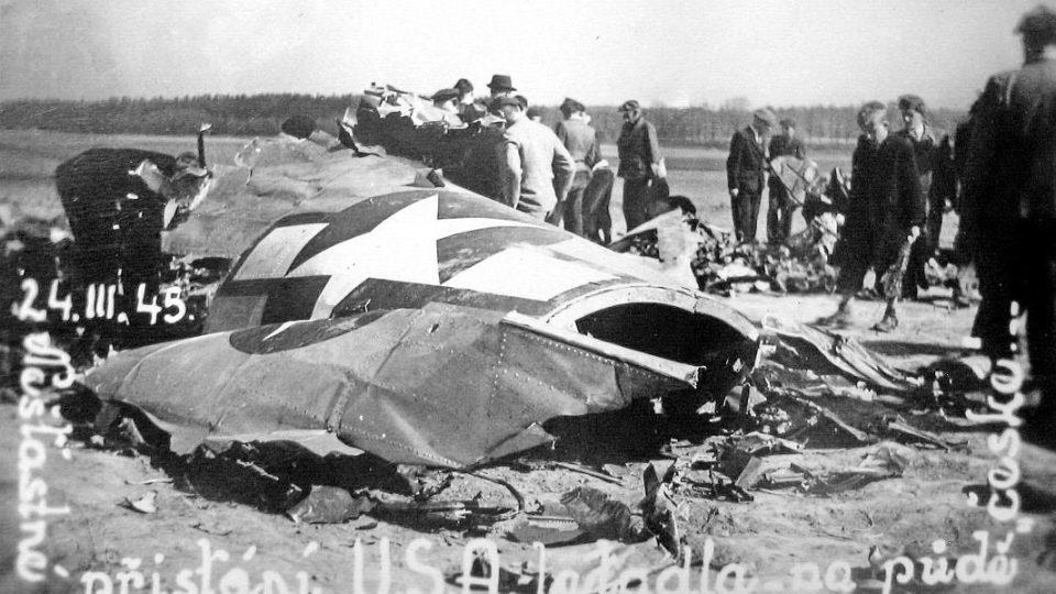 S nákladem pum letěli na Berlín a zřítili se ve východních Čechách - foto trosek B-17