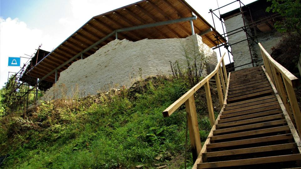 Letos na jaře vybudoval správce hradu Martin Baudyš bytelné dřevěné schodiště ke vstupu do nádvoří