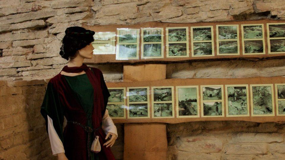 V purkrabství hradu je výstava, která vypráví příběh o znovuobjevení ztraceného sídla