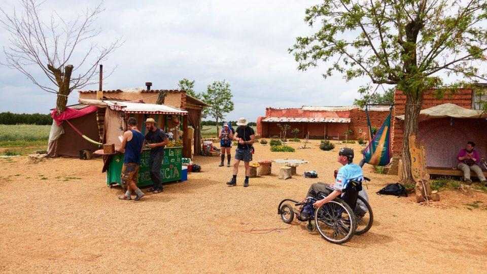 Oáza na poušti - vše k dispozici za dobrovolný příspěvek, před městečkem Villarfranca (provincie Kastilie a León)