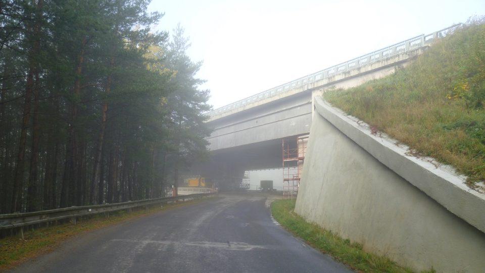 Příjezd k mostu od Vojslavic
