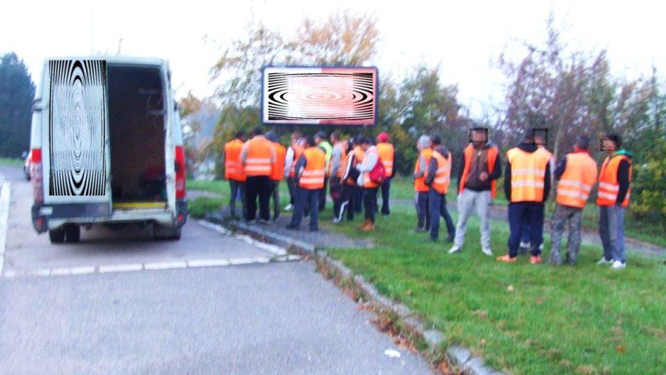 Další přetížená dodávka. V třímístném voze jelo 26 lidí. Kapacita byla několikanásobně překročena