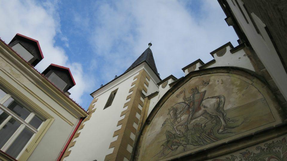 Litomyšlskou bránu zdobí sgrafito na motivy kresby Mikoláše Alše