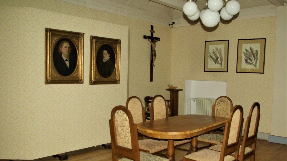 Součástí novopacké spiritistické expozice je i pokoj, ve kterém se mohly odehrávat tzv. měšťanské seance