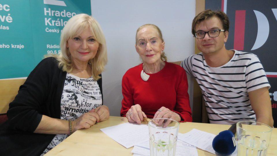Soňa Červená spolu s Janem Sklenářem a Ladou Klokočníkovou v rozhlasové kavárně