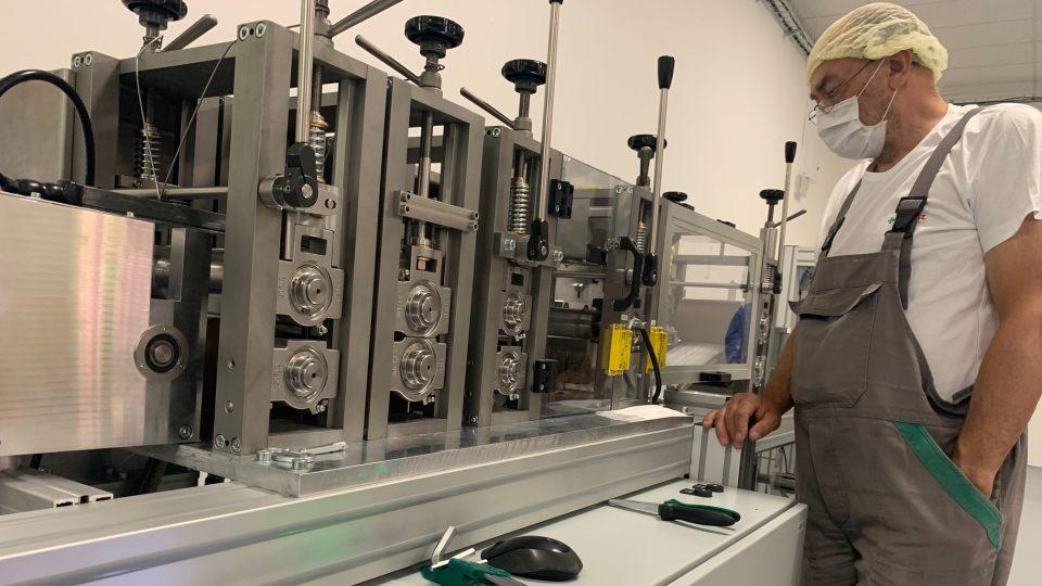 Batist Medical spustil v Červeném Kostelci třetí výrobní linku a měsíčně dodá na trh pět milionů roušek