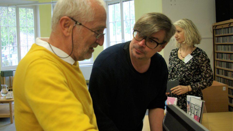 Jaroslav Rudiš se svým obdivovatelem, který si už román Winterbergova poslední cesta přečetl v německém originále