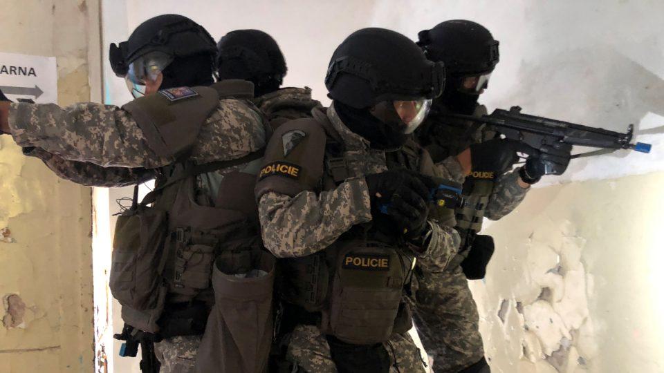 Cvičení policejní zásahové jednotky v Hradci Králové.