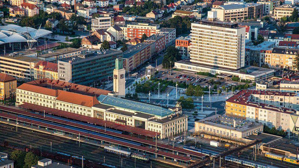 Hlavní nádraží je situováno v části města Hradec Králové-Pražské Předměstí. Název Hradec Králové hlavní nádraží nese stanice od roku 1952