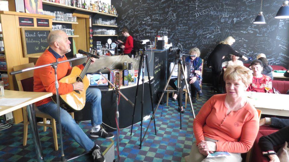 Jan Vančura hostem Lady Klokočníkové v přímém přenosu z rozhlasové kavárny District 5