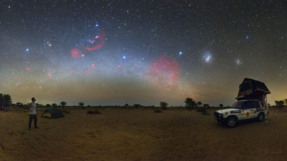 Snímek dne NASA - Obloha nad pouští Kalahari - Botswana, Afrika