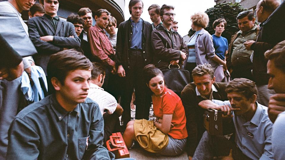 Srpen 1968 v Hradci Králové - Vrchlického ulice - poslech zpráv z tranzistorového přijímače