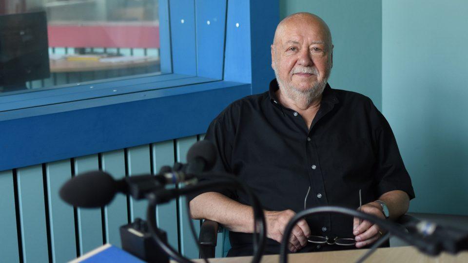 Václav Hybš ve studiu Českého rozhlasu Hradec Králové