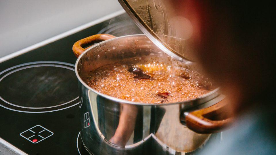 Doba vaření omáčky záleží na kvalitě švestek. Většinou postačí 5 až 10 minut