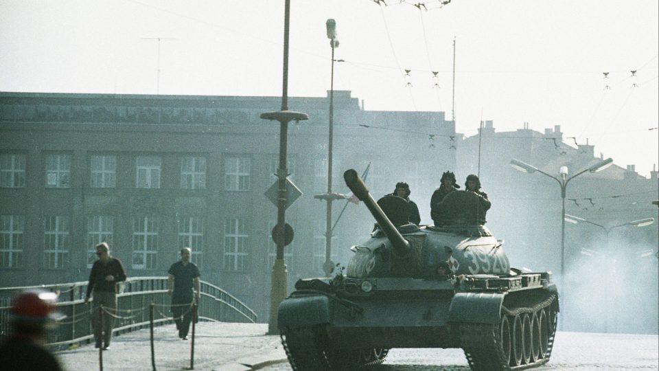 Srpen 1968 v Hradci Králové - tanky mířící do Havlíčkovy ulice