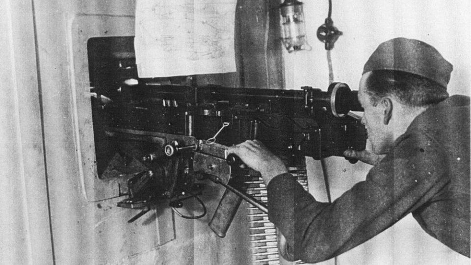 Unikátní foto vojáka u dvojčete těžkých kulometů vz. 37. Foto ze z bunkru u Zbečníku na Náchodsku