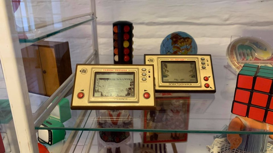 Roubená škola v Polici nad Metují ukrývá výstavu hraček ze 70. a 80. let 20. století