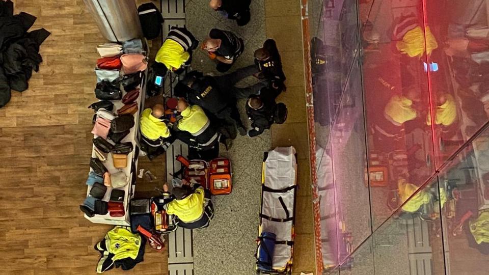 Policisté pomáhají s resucitací muže, který spadl z ochozu v obchodním centru