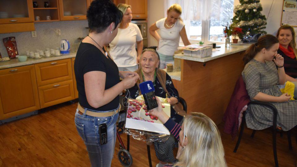 Do Domova důchodců v Tmavém Dole na Trutnovsku se sjela Ježíškova vnoučata
