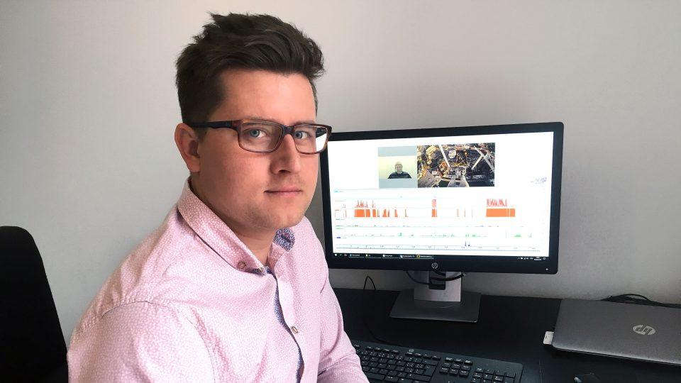 Ing. Jakub Šefara u PC na kterém běží eye-tracking software.jpg