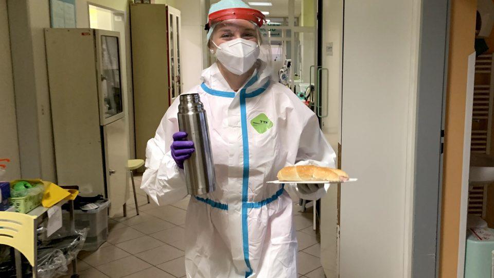 Ošetřovatelka Lucie Repáňová se prý v obleku naučila brzy všechno, i mazat rohlíky