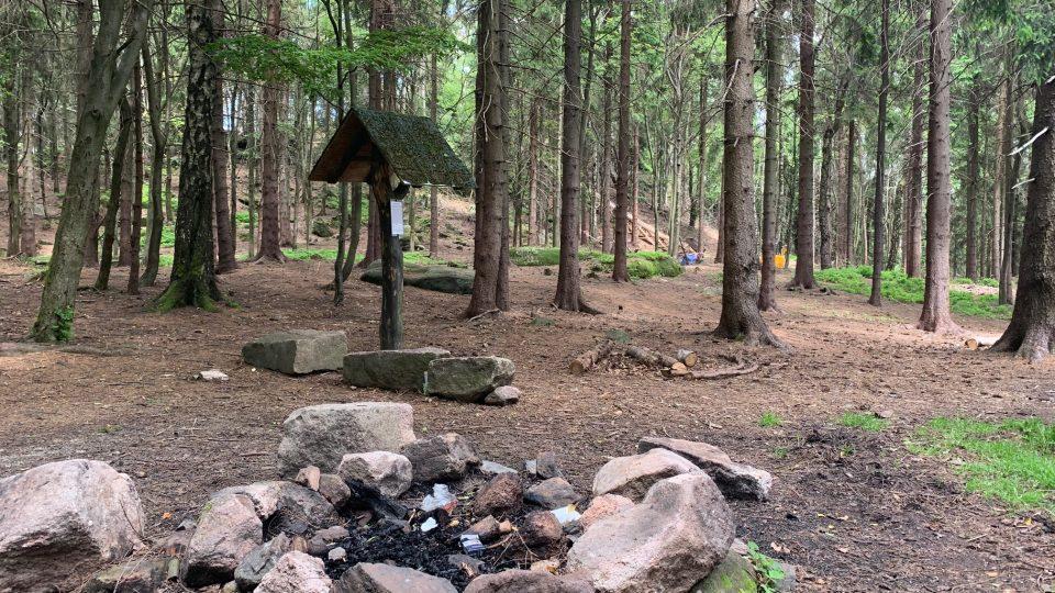 V těžko přístupném terénu na vrcholu hory Žaltman v Jestřebích horách začala stavba nové rozhledny