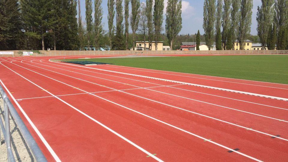 Atletický stadion Václava Šperla v Dobrušce se proměnil k nepoznání