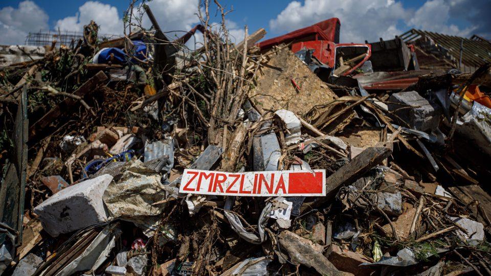 V několika moravských obcích pokračuje likvidace škod způsobených nedávným tornádem