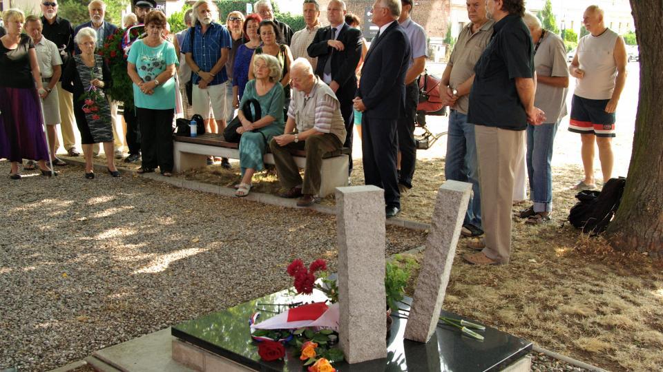 U  pomníku na Letné v Jičíně po padesáti letech