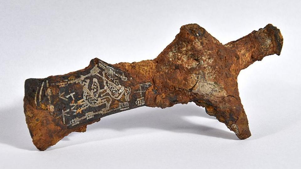 Archeologové Muzea východních Čech v Hradci Králové hlásí neobvyklý nález tauzované sekery z raného středověku