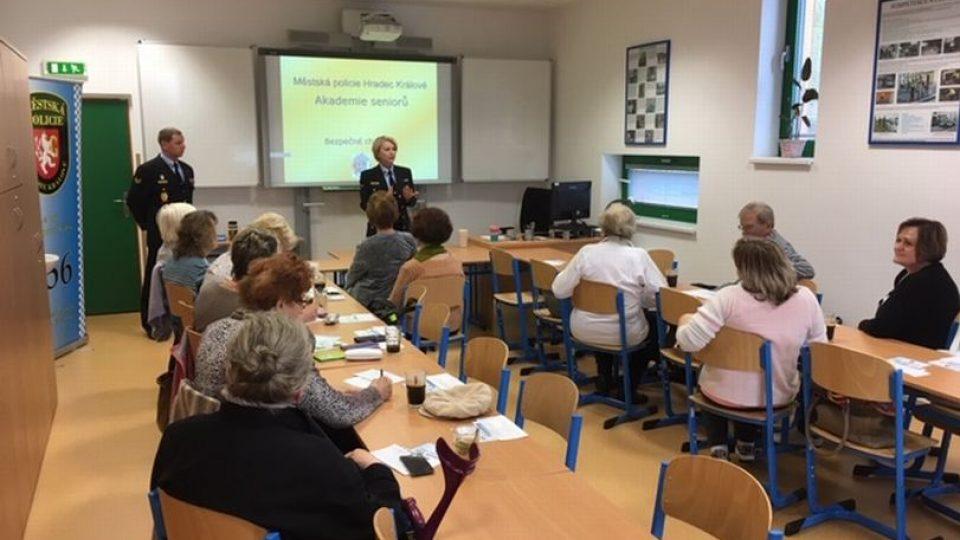 20 zájemců se zatím v Hradci Králové přihlásilo do policejní Akademie seniorů