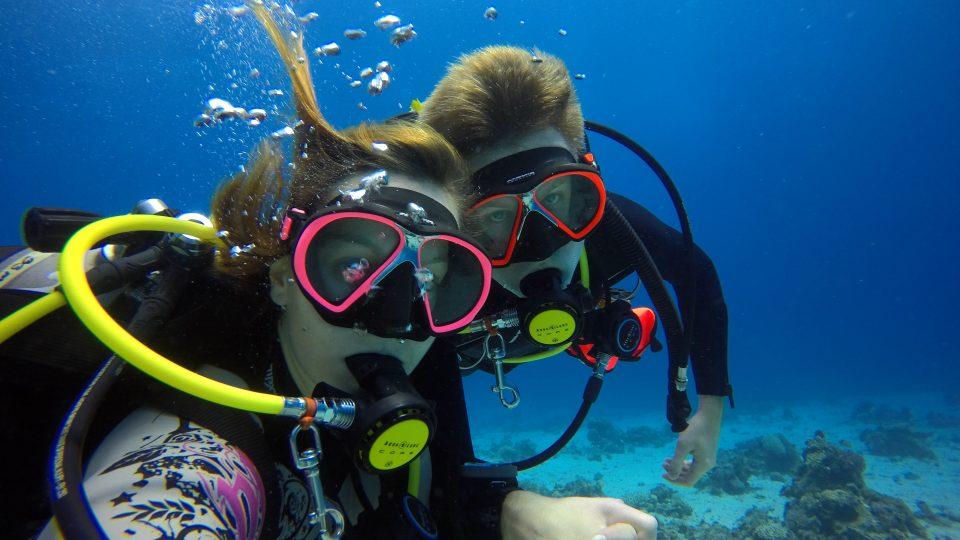 Cestujeme a potápíme se s přítelem již několik let