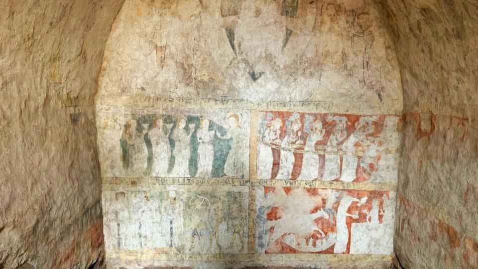 Římskokatolická církev plánuje v Broumově zpřístupnit vzácnou nástěnnou malbu. Sedm století stará gotická freska je zatím veřejnosti skrytá, přístup k ní momentálně pomáhá upravit skupina dobrovolníků