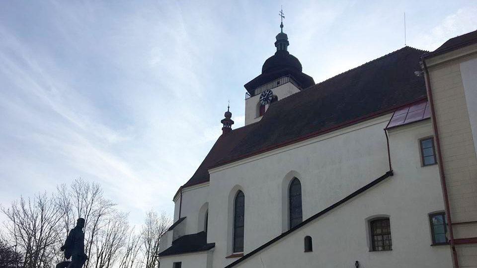 Gotický kostel na novoměstském náměstí se letos dočká druhé etapy obnovy střešního krovu