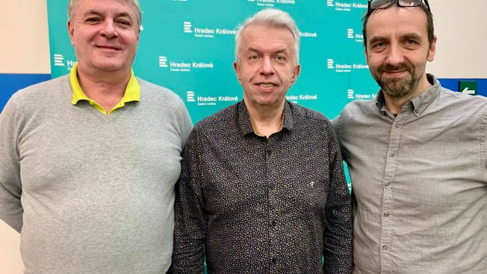 Josef Zikmund, Jaroslav Svěcený a Tomáš Katschner ve studiu Českého rozhlasu Hradec Králové