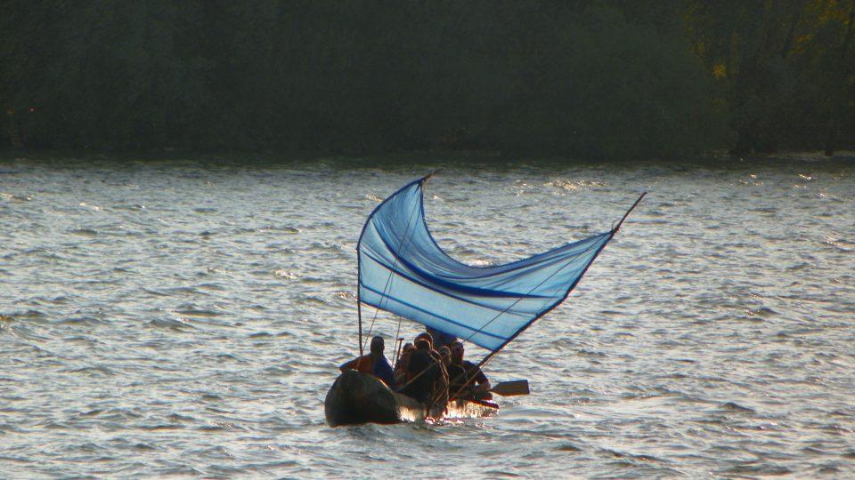 Expedice Monoxylon zkouší na Rozkoši plachtu