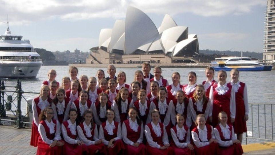 Královéhradecký dětský sbor Jitro před Operou v Sydney