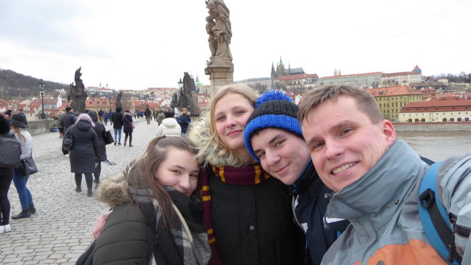Josef Hylský s žáky na výletě v Praze