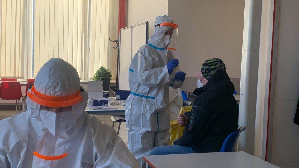 Vláda schválila povinné plošné testování zaměstnanců na koronavirus