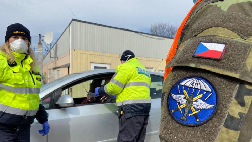 Policisté, celníci i armáda hlídají v souvislosti s opatřeními proti šíření koronaviru hranice